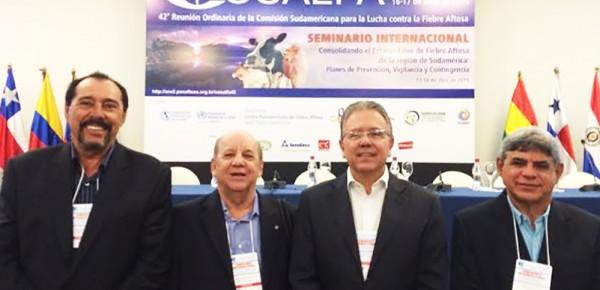 Representantes do Fundepec na Cosalfa: Julio Cesar Carneiro da AGS, (e); Alfredo Luiz Correia, do Sindileite; Uacir Bernardes, da AGA e Haroldo Max de Souza da OCB