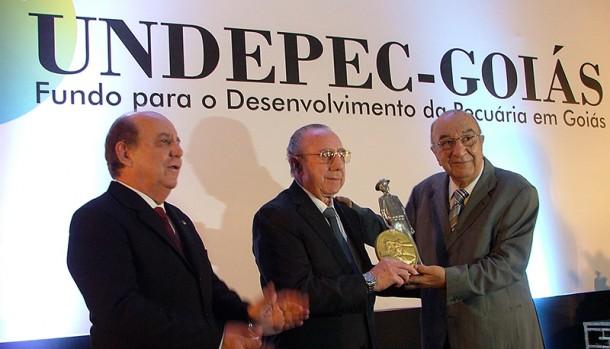 José Magno Pato, presidente do Sindicarne-Goiás entregando o troféu a José Batista Sobrinho (Friboi)